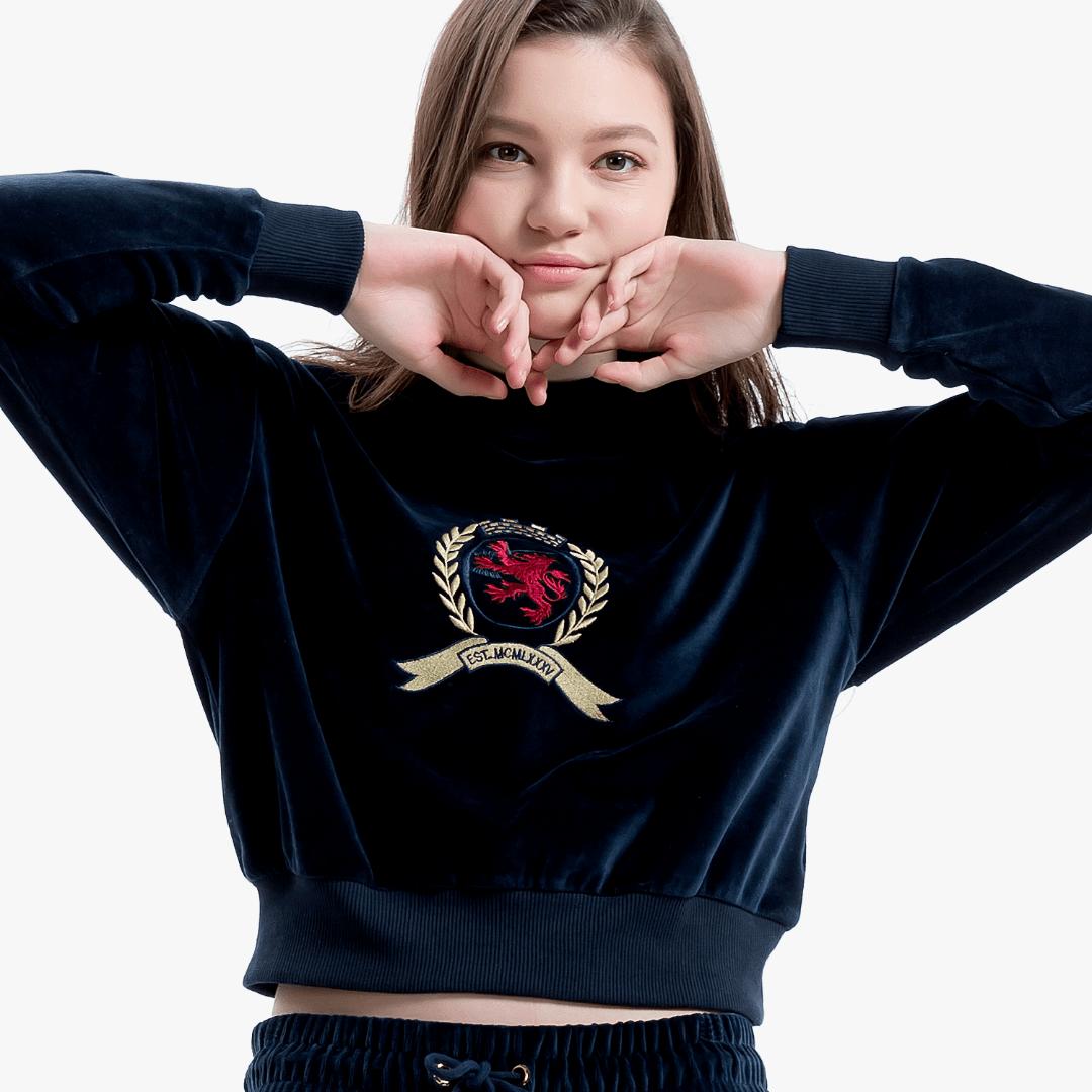 타미진스(TOMMY JEANS) [Crest Capsule] [여성] 면혼방 벨벳 크레스트 크롭 티셔츠 TUMT1KOE95A0 B60